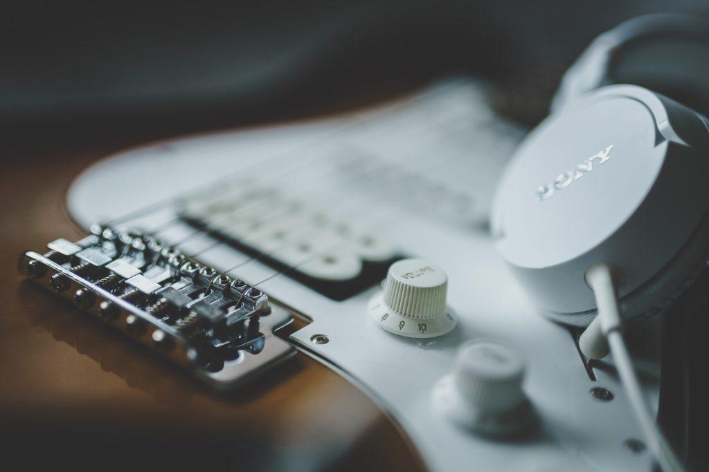 ギターとヘッドホンの画像