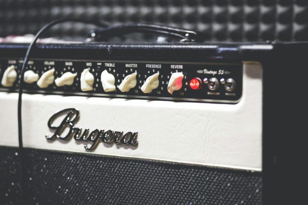 ヘッドホンが挿せるギターアンプ